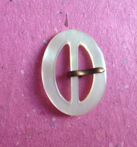 Kleine mini vintage Perlmuttschnalle naturweiß oval 3 cm x 2,3 cm