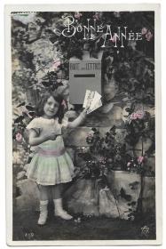 Alte Foto Postkarte Neujahr ★BONNE ANNÉE★ Mädchen wirft Postkarten in den  Briefkasten, 1908