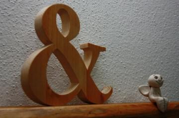 & Zeichen aus Holz, natur oder schwarz