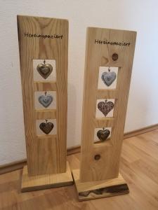 Holz Stele mit eingebrannter Schrift aus Vollholz