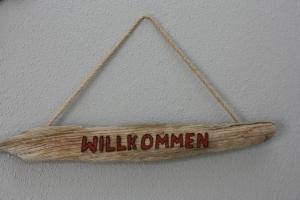 Willkommen Schild aus Treibholz mit eingebrannter Schrift