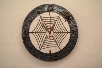 handgetöpferte Uhr mit Spinnen-Motiv