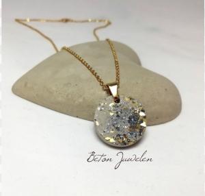 Halskette mit Beton Anhänger und Muschelsplittern in anthrazit und gold
