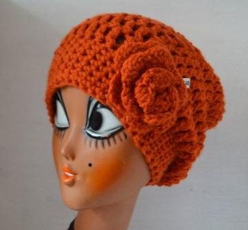 Häkelmütze Beanie mit Slounch und Häkelrose JOYANNA in orange