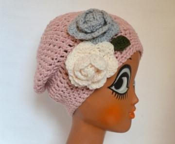 Häkelmütze Beanie Schwarzwald Rose in rosa mit Slounch