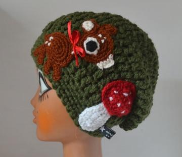REH die Beanie Häkelmütze mit Slounch in grün mit Reh und Fliegenpilz
