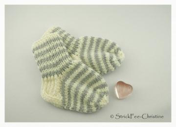 extra dicke warme gestrickte Erstlingssöckchen 100 % Wolle (Merino) 9,5 cm cremeweiß/hellgrau