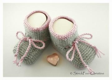 gestrickte Babyschühchen Merino hellgrau/rosa Mädchen