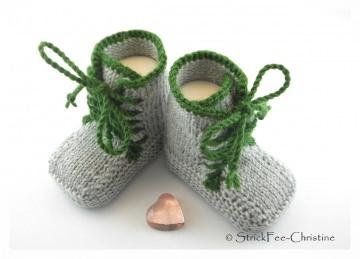 handgestrickte Babyturnschuhe, Babystiefelchen Merino hellgrau/waldgrün