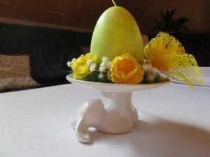 Hübsche Osterkerze im Blumenkranz auf Hasenteller - Handarbeit kaufen