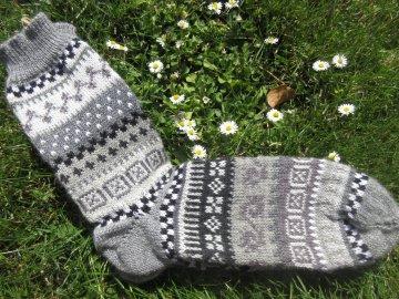 Fair Isle Socken Gr. 43/44 - gestrickte Socken in sanften Grautönen und nordischen Fair Isle Mustern  - Handarbeit kaufen