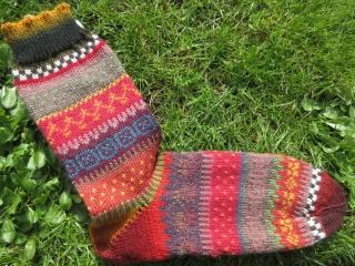 Fair Isle Socken Gr. 43/44 - gestrickte Socken in warmen Herbstfarben und nordischen Fair Isle Mustern  - Handarbeit kaufen