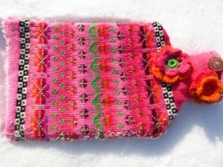 Bunte Wärmflasche Frühlingskuss rosa - gestrickte Wärmflaschenhülle in nordischen Fair Isle Mustern mit Wärmflasche    - Handarbeit kaufen