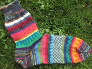 Bunte Herrensocken Gr. 42/43 - gestrickte Socken in knallbunten Farben - Handarbeit kaufen