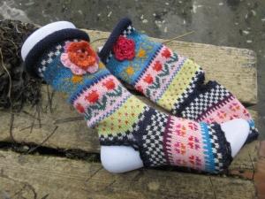 Bunte Yogasocken mit Häkelblumen in nordischen Fair Isle Mustern - Pilates, Tanzen, Qigong, Tai Chi - Handarbeit kaufen