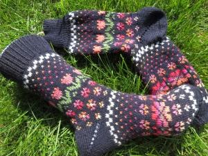 Bunte Socken Gr. 38/39 - leuchtend bunte Muster auf Dunkelblau - Handarbeit kaufen