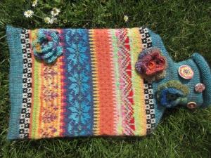 Bunte Wärmflasche - Wärmflasche mit gestrickter Hülle in nordischen Fair Isle Mustern