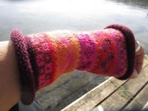 Pulswärmer orange, rost, rosa - gestrickte Armstulpen in nordischen Fair Isle Mustern