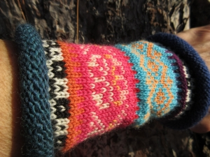 Bunte Pulswärmer Klara - gestrickte Armstulpen in nordischen Fair Isle Mustern