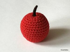 gehäkelter  roter Apfel aus Baumwolle für den Kaufladen