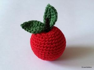 Gehäkelter roter Apfel mit Blättern aus Baumwolle  für den Kaufladen