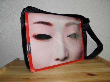 Umhängetasche aus LKW-Plane mit aufgedrucktem Gesicht, eine Dieda Tasche kaufen - Handarbeit kaufen