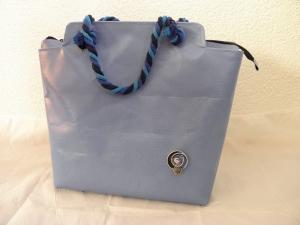 Handtasche aus LKW-Plane, blau, weiß, Tasche mit dicken Kordeln und Kaffeekapsel, abwaschbar, robust, handgemacht, Unikat von Dieda
