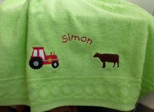 Tolles Duschtuch bestickt mit Name, Traktor und Kuh, personalisiert, Bauernhof, Bulldog, von Dieda! - Handarbeit kaufen