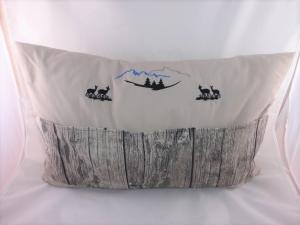 Sofakissen, Dekokissen 40 x 60 cm mit 3 Taschen für Buch, Fernbedienung, Berge, Wälder, Tiere, Bayern, handgemacht von Dieda
