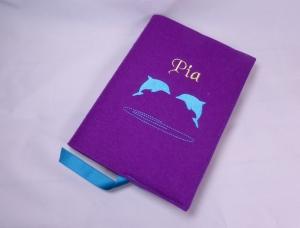 Buchhülle, für Mädchen, bestickt, Delphine, lila, türkis, personalisiert, Wollfilz, handgemacht von Dieda! - Handarbeit kaufen