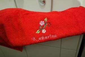 Duschtuch bestickt mit Namen und Blumenranke, personalisiert, von Dieda! - Handarbeit kaufen