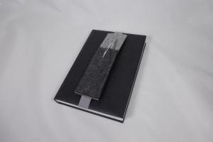 Stifthalter, Stifthalterung, grau, aus Wollfilz mit Gummiband zur Befestigung an Notizbuch, Kalender, DIN A5, handgemacht von Dieda