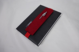 Stifthalter, Stifthalterung, rot, aus Wollfilz mit Gummiband zur Befestigung an Notizbuch, Kalender, DIN A5, handgemacht von Dieda - Handarbeit kaufen