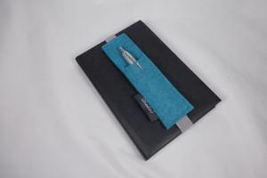 Stifthalter, Stifthalterung, türkis, aus Wollfilz mit Gummiband zur Befestigung an Notizbuch, Kalender, DIN A5, handgemacht von Dieda - Handarbeit kaufen