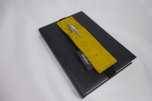 Stifthalter, Stifthalterung, gelb, aus Wollfilz mit Gummiband zur Befestigung an Notizbuch, Kalender, DIN A5, handgemacht von Dieda
