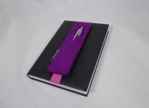 Stifthalter, Stifthalterung, lila, aus Wollfilz mit Gummiband zur Befestigung an Notizbuch, Kalender, DIN A5, handgemacht von Dieda - Handarbeit kaufen