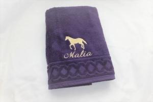 personalisiertes Duschtuch bestickt mit Wunschnamen und Pferd, individualisierbar, von Dieda!  - Handarbeit kaufen