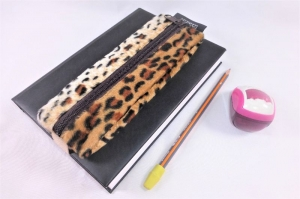 Mäppchen, Stifthalterung, Brillenetui als Lesezeichen verwenden, Leopard Fellimitat, mit Gummiband zur Befestigung an Notizbuch, Kalender, Organizer, Tagebuch, Stiftetui, DIN A5, h - Handarbeit kaufen