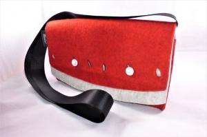 kleine rote Umhängetasche für die Frau aus reinem Wollfilz mit Innentasche und Schlüsselfinder, handgemacht von Dieda - Handarbeit kaufen