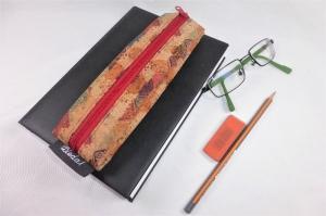 Lesezeichen mit Brillenetui aus bedrucktem Korkstoff mit Gummiband zur Befestigung an Notizbuch, Kalender, Organizer, Tagebuch, Stiftetui - Handarbeit kaufen