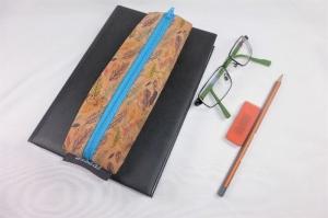 Lesezeichen mit Brillenetui aus Korkstoff Federn mit Gummiband zur Befestigung an Notizbuch, Kalender, Organizer, Tagebuch, Stiftetui - Handarbeit kaufen