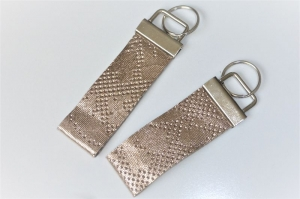 Goldenes Leder punziert, Schlüsselband aus echtem Leder, 3 cm breit, Klemmschließe mit Schlüsselring - Handarbeit kaufen