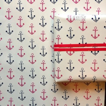 liebevoll entworfenes maritimes  Geschenkpapier mit blauen und rosa Ankern