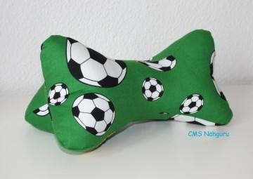 Leseknochen Fußball - grüner Baumwollstoff mit Fußbällen bedruckt