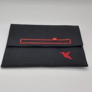 Tablet Tasche aus schwarzem Wollfilz mit Motiv rote Stickerei Vogel - Handarbeit kaufen