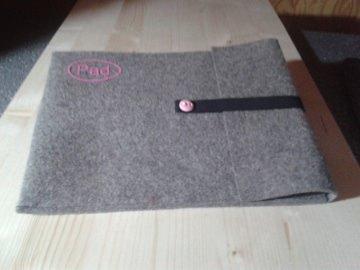 Tablet Tasche aus grauem Wollfilz mit kleinem Logo Farbe rosa genäht
