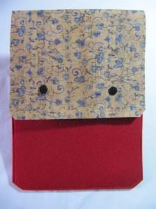 Tablet Tasche aus rotem Wollfilz und naturfarbenem Korkleder mit blauen Streublümchen