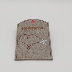 Reisepass Hülle aus Wollfilz gestickt mit einem roten Herz und Flugzeug - Handarbeit kaufen