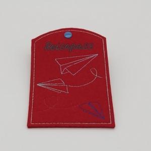 Reisepass Hülle aus rotem Wollfilz gestickt mit dem Motiv Papier Flieger - Handarbeit kaufen