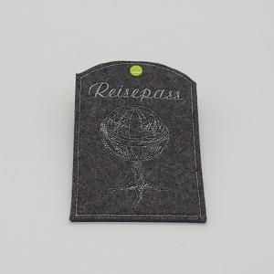 Reisepass Hülle aus grauem Wollfilz bestickt mit dem Motiv Gllobus - Handarbeit kaufen